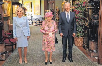 ?? FOTO: STEVE PARSONS/AFP ?? Us-präsident Joe Biden (rechts) and First-lady Jill Biden (links) stellen sich mit Englands Queen Elizabeth II in Schloss Windsor den Fotografen, bevor sie einen Tee nehmen.