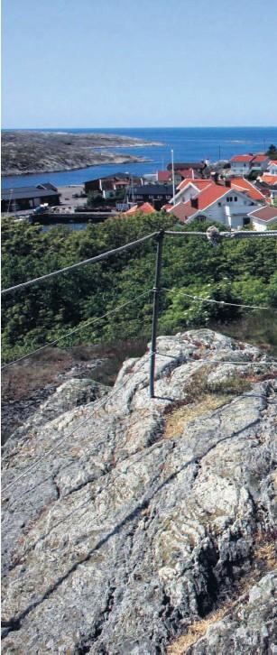 ??  ?? På Klockeberget i Mollösund får man sällskap av konstverket Fiskarhustrun.