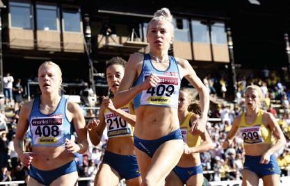 ?? Foto: EMMI KoRHoNEN/LEHtIKUVA ?? ■ Finlands Viola Westling, Sveriges Yolanda Ngarambe och Sara Kuivisto tävlar på 800 meter i Sverigekampen i fjol.