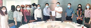 ??  ?? Leong (fifth left) handing over a compilation of the issues faced by employers to Lo. Also present were Pappas secretary general Gabriel Lohuban and the executive committee.