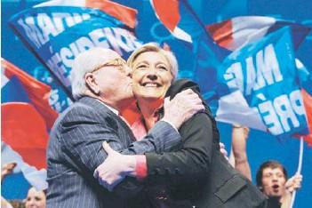 ??  ?? ►► Jean-Marie Le Pen besa a su hija, Marine, en un acto en Niza, en marzo de 2012.