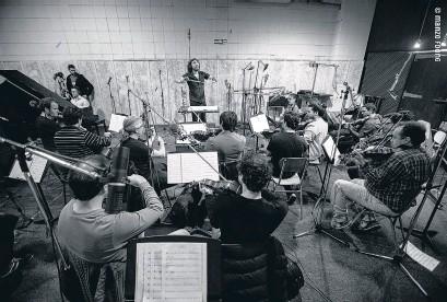 ??  ?? La orquesta dirigida por Hermida, con el alma puesta en Spinetta.