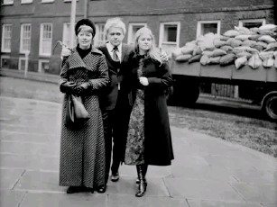 ?? (Getty) ?? Vizinczey with his wife Gloria, and one of her daughters in 1971