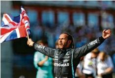 ?? Foto: Bradley Collyer, dpa ?? Der Ende eines aufregenden Arbeitstages: Lewis Hamilton lässt sich von den briti‰ schen Fans in Silverstone feiern.