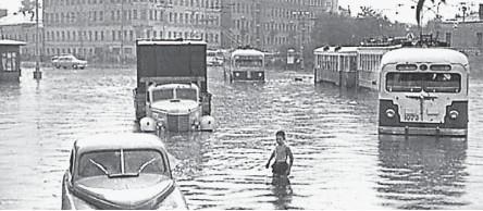 ??  ?? Аномальные климатические явления случались и раньше. На фото: Москва превратилась в Венецию после сильнейшего ливня в июне 1965 г.