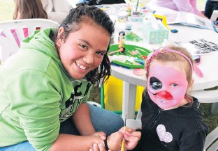 ?? PHOTO: AL­LIED PRESS FILES ?? In the pink . . . Al­ways one to help out where needed, Brooke Tuhakarain­a (then 13) face­paints Kaila Wil­son (then 4) at chil­dren's day held at the Gore mul­ti­sports com­plex in 2014.