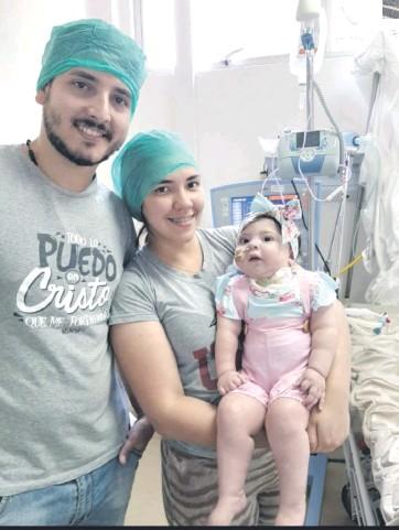 ??  ?? La pequeña Bianca junto con sus padres José María Patiño y Tania Maíz.