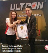 ??  ?? Marc receiving the award for the lightest running t-shi from the The Malaysia Book of Records