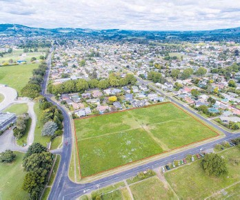 ??  ?? The 1.6ha block immediately adjacent to both Cambridge Raceway horse track and the Vogel St football grounds.