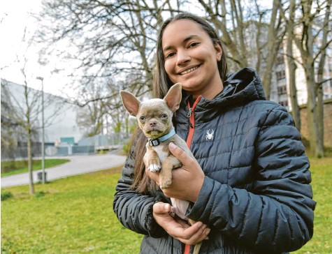 ?? Fotos: Vanessa Polednia ?? Mit ihrem Chihuahua‰welpen hat sich Jenny Bergmeister einen Kindheitstraum erfüllt.
