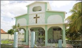 ?? FOTO: VERONICA RöNNLUND ?? NYBYGGE. Den lilla metodistkyrkan i Omaja har ersatt en gammal träkyrka från seklets början.