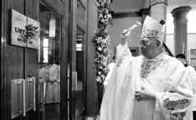 ?? PAUL QUIAMBAO ?? HOLY DOOR Manila Archbishop Gaudencio Cardinal Rosales blesses the Holy Door on Jan. 24 at Santisimo Rosario Chapel as the UST Quadricentennial Week formally opens.