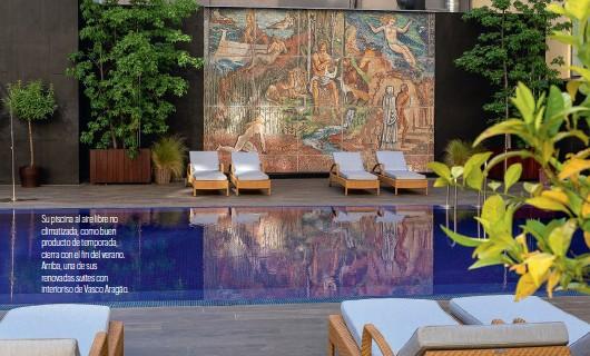 ??  ?? Su piscina al aire libre no climatizada, como buen producto de temporada, cierra con el in del verano. Arriba, una de sus renovadas suites con interioriso de Vasco Aragäo.