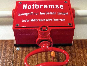 ?? FOTO: PATRICK PLEUL / DPA ?? Das Gesetz für eine Bundes-Notbremse gegen die dritte Corona-Welle hat im Bundestag eine wichtige Hürde genommen. Das Foto zeigt eine Notbremse in einer historischen S-Bahn.