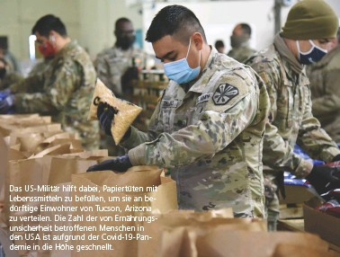 ??  ?? Das Us-militär hilft dabei, Papiertüten mit Lebenssmitteln zu befüllen, um sie an bedürftige Einwohner von Tucson, Arizona zu verteilen. Die Zahl der von Ernährungsunsicherheit betroffenen Menschen in den USA ist aufgrund der Covid-19-pandemie in die Höhe geschnellt.