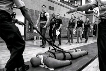 ?? FOTO: MICHAEL ROBINSON CHAVEZ/THE WASHINGTON POST/GETTY ?? UN CADETE POLICIACO DEL DPM en un simulacro que incluye arrastrar un cuerpo en Washington, D. C., en 2016.