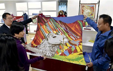??  ?? Locally produced scarves featuring the Danxia landform pattern are part of the campaign to disseminate Zhangye culture through clothing and accessories.