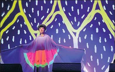 ?? SONARKIDS ?? La cantante Kumisolo, con una proyección encima de su vestido