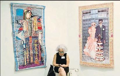 ?? KIM MANRESA ?? Estand del Centre Des Arts Vivants De Radès, con obras de Safia Farhat y Aicha Filali