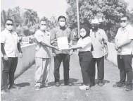 ??  ?? SIAP: Dr Abdul Rahman semasa penyerahan Projek Rakyat di Kampung Rampangi Skim semalam.