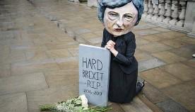 ??  ?? PROTEST. En kvinna i Theresa May- huvud utanför det brittiska kabinettet i går, med budskapet: En hård brexit är död.