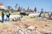 ?? PHOTOGRAPH: EUGENE COETZEE ?? NOT FAIR: The gym equipment at Hobie Beach was removed yesterday