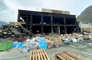 ??  ?? Macerie Quel che resta oggi della macelleria industriale Pfitscher alla fine dell'incendio: per ricostruire lo stabilimento (che ospitava 60 lavoratori solo nel ciclo produttivo) si stimano almeno 50 milioni di euro
