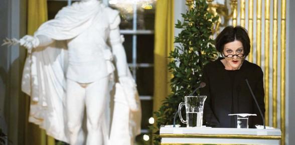 """?? Foto: dpa ?? """"Ich wünsche mir, ich könnte einen Satz sagen für alle, denen man in Dik‰ taturen alle Tage, bis heute, die Wür‰ de nimmt""""– so sprach Herta Müller, Autorin von """"Herztier"""", von """"Atem‰ schaukel"""", vieler Wort‰Collagen, als sie 2009 in Stockholm zur berühm‰ testen aller Lesungen antrat. Es kam in vollstem Scheinwerferlicht bei lei‰ ser Stimme das zutiefst Beklemmende mit dem höchst Feierlichen zusam‰ men: das Glück des Nobelpreises mit dem Leiden unter Tyrannei. Ein Vorle‰ sen vor aller Welt."""