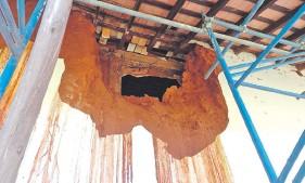 ??  ?? El primer boquete formado en la pared de adobe en diciembre del 2019 en el antiguo templo de San Joaquín.