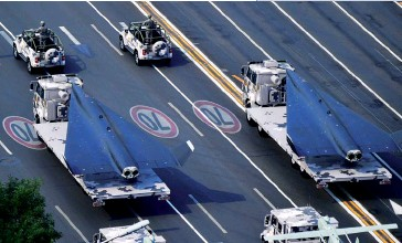 ?? (© China MoD/ Xinhua/Wei Peiquan) ?? Photo ci-dessus : Le drone de surveillance hypersonique WZ-8 figurait parmi les armements de haute technologie présentés lors du défilé du 1er octobre 2019 dans la capitale chinoise. S'il ne s'agit pas à proprement parler d'un système de combat, il constitue une capacité de collecte de renseignement pour le moment unique au monde — les États-Unis accusant un certain retard sur ce segment des technologies hypersoniques —, qui pourrait décupler l'efficacité de plusieurs nouveaux systèmes d'armes tactiques chinois et ainsi réduire de manière significative la capacité de survie des navires de guerre américains en cas de confrontation dans les mers d'Asie de l'Est.