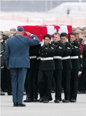 ?? LARS HAGBERG/The Canadian Press ?? Military pallbearers from the Canadian Special Operations Forces Command carry the flag-draped casket of Sgt. Andrew Joseph Doiron at Canadian Forces Base Trenton Ont., onTuesday. Doiron was killed when a Kurdish fighter shot him by mistake in northern Iraq.