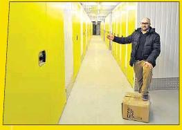 ??  ?? Raum ist in der kleinsten Hütte: Frank Pieper (51) präsentiert einen 1-qm-Verschlag (großes Foto), während Mitarbeiter Jaroslaw Wonschewski die größeren Boxen zeigt.