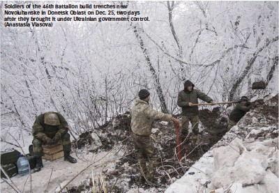 ??  ?? Soldiers of the 46th Battalion build trenches near Novoluhanske in Donetsk Oblast on Dec. 25, two days after they brought it under Ukrainian government control. (Anastasia Vlasova)