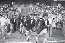 ??  ?? Stade Yves-du-manoir (Colombes), le 18 avril 1987. La célèbre entrée sur la pelouse avec noeud papillon et blazer de la période Showbizz.