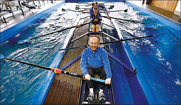 ?? Picture: Martin Shields ?? PULLING TOGETHER: Sports Minister Stewart Maxwell at the National Rowing Centre in Motherwell, which has been accredited as a training venue.