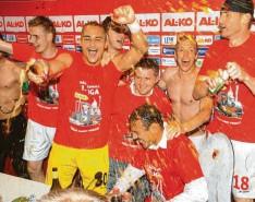 ?? Foto: Ulrich Wagner ?? Die euphorischen Spieler sprengten nach dem Frankfurt‰Spiel die Pressekonferenz und übergossen ihren Erfolgstrainer Jos Luhukay mit Sekt.