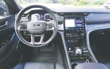 ??  ?? The Grand Cherokee L Overland's dash area is swathed in Nappa leather.