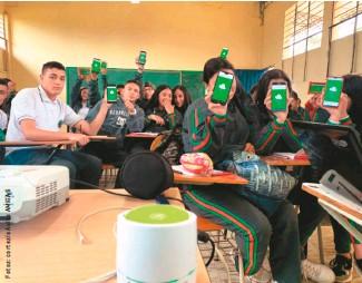 ??  ?? 1. Lopera (derecha) fue elegido por Wise para desarrollar su proyecto TOMI a nivel mundial. 2. TOMI puede proyectar una imagen sobre cualquier superficie, de manera que los estudiantes puedan interactuar. 3. Cuando hay posibilidad, los alumnos pueden interactuar en clase desde sus celulares. 3.