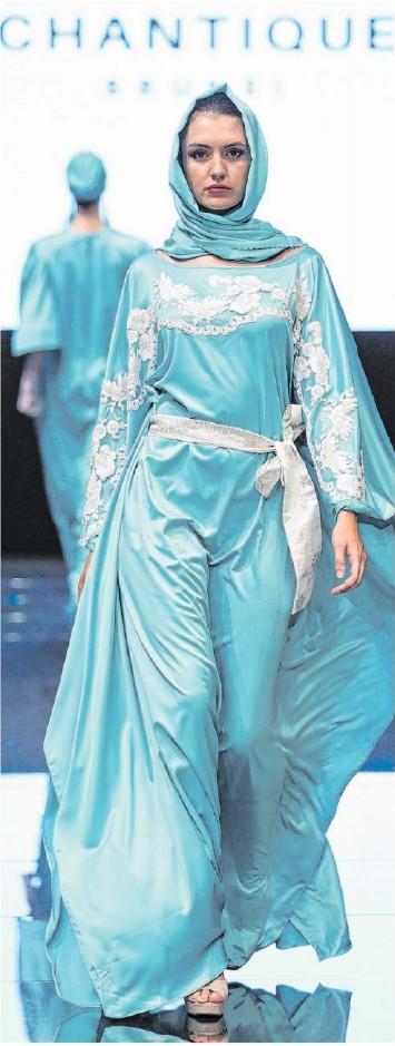 """??  ?? Ein Model präsentiert eine Kreation von Chantique auf der Turiner Fashion Week. Die Labels haben """"Modest Fashion""""als Markt entdeckt – vielen fehlt aber noch ein Gespür für zurückhaltende, modische Looks."""