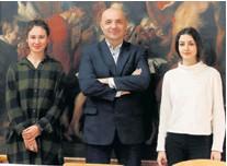 ??  ?? Novi dekan zagrebačke Akademije sa studenticama Ivom Zagodom i Jelenom Petrić, koje će uskoro izlagati u Domu HDLU-a