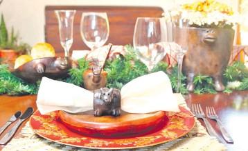 ??  ?? Obras en cerámica ideales para adornar la mesa de Nochebuena y a la vez apoyar el trabajo de artesanos paraguayos.