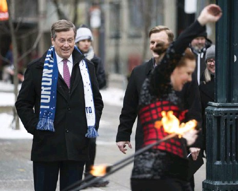?? ANNE-MARIE JACKSON/TORONTO STAR ?? Mayor John Tory watches fire dancers perform on King St., just one of many ideas the city is proposing to draw more visitors to the suddenly quiet street.