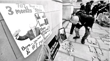 ??  ?? Stones and placards with messages are placed on the pavement outside the Foreign and Commonwealth Office during a demonstration to demand the release of Nazanin Zaghari-Ratcliffe in London. — Reuters photo