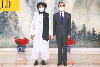?? LI RAN / XINHUA VIA AP ?? Chinese Foreign Minister Wang Yi, right, welcomed a nine-member delegation from the Taliban that included chief negotiator and top political leader Mullah Abdul Ghani Baradar in Tianjin, China, on Wednesday.