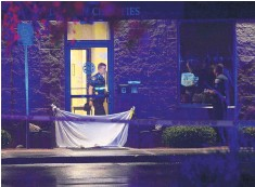 ?? GREG SORBER/JOURNAL ?? Albuquerque Police Department officers investigate after they say a man was stabbed to death at a federal halfway house on Menaul near Carlisle NE Monday evening. Another probationer was arrested and charged with murder.
