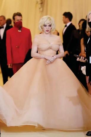 ?? The singer wore Oscar de l a Renta (Getty ) ??