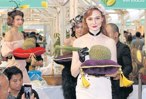 ??  ?? THE SMELL TEST: Models show Nonthaburi 'kanyao' durian at an auction held at the Durian Fair at CentralPlaza WestGate in Nonthaburi. All proceeds will go to charities in Nonthaburi.