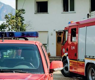?? (Foto Klotz-Rensi) ?? Allarme I mezzi dei vigili del fuoco intervenuti nel cuneo verde