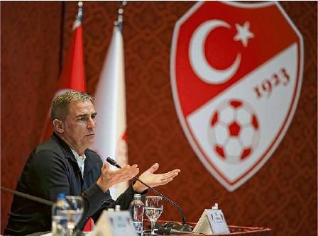 ?? Foto: dpa ?? Der bisherige U21-coach Stefan Kuntz gibt sich bei seiner Vorstellung als neuer Cheftrainer der türkischen Fußballnationalmannschaft am Montag gelassen.