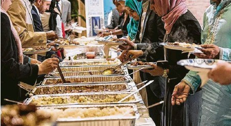 ?? Lance Cheung / USDA ?? Paper plates are used at iftar buffets around the world.
